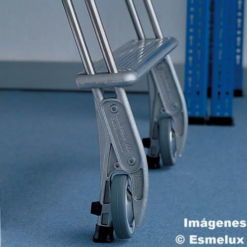 Escalera SF con ruedas adosada a estanterías. Imagen #3