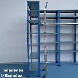 Escalera SF con ruedas adosada a estanterías. Imagen #2