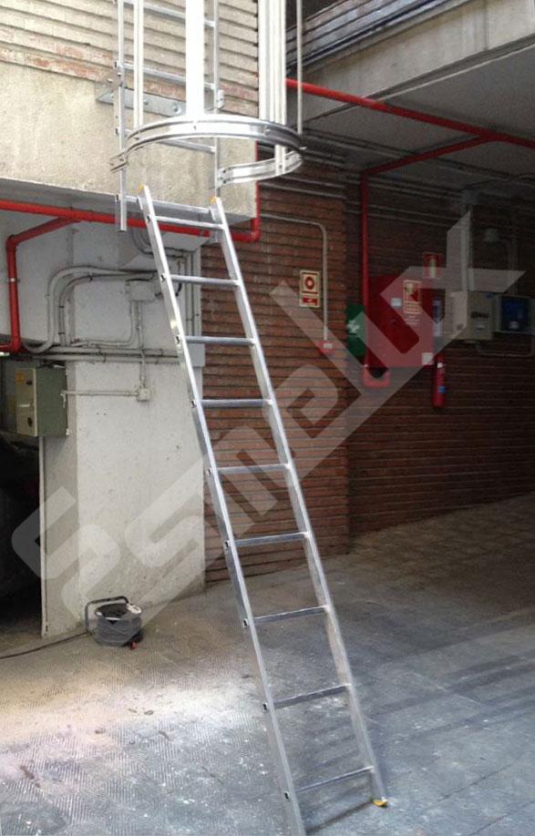 Escaleras fijas con protección espalda 1 tramo. Imagen #2