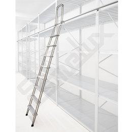 Escalera C1 adosada a estantería con ganchos