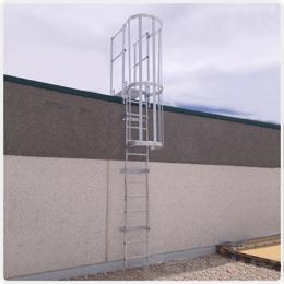 Escalera fija con protección de espalda