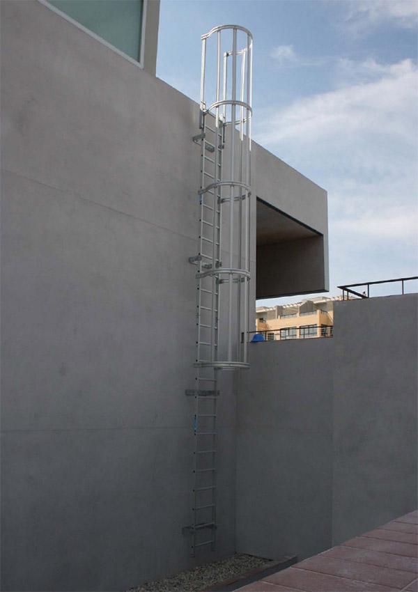 Escaleras fijas con protecci n espalda - Proteccion para escaleras ...